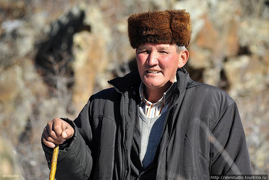 Проводник из села Бесмойнак к ущелью, источникам и горной мечети Арасан-Корасан.