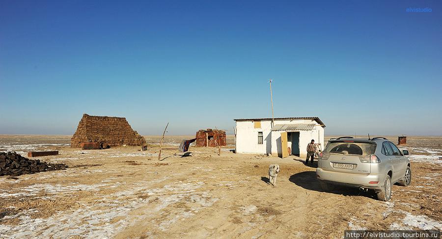 Одинокий дом посреди степи. Случайно наткнулись на него, когда искали священные скалы по карте, нарисованной апой. Десятки километров голой степи вокруг.