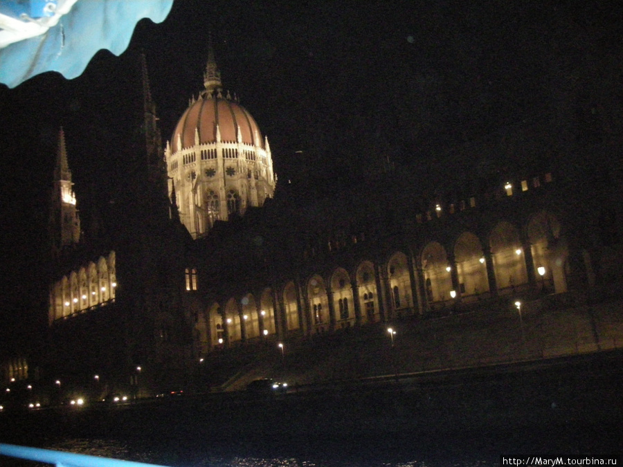 Так освещены здания на набережной. Парламент