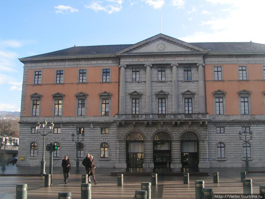 Вид на ратушу с другой стороны площади