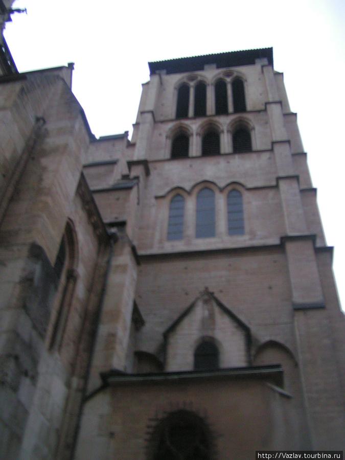Одна из башен собора