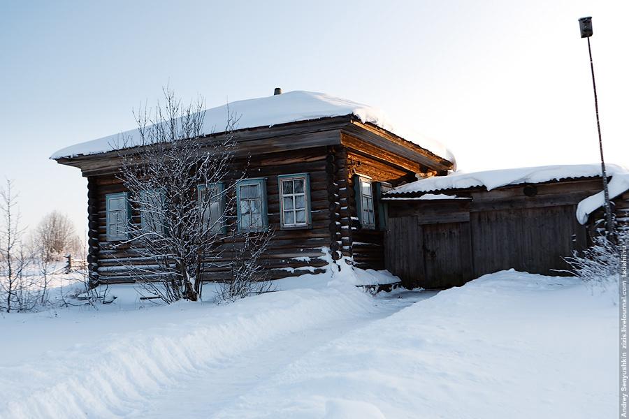В деревне остался один жилой дом, однако хозяин его к нам так и не вышел, а мы не стали настаивать. Судя по голосу, собака во дворе чуть меньше медвежонка.