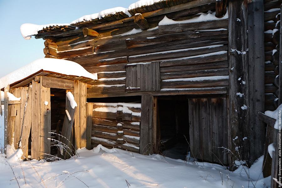 Дома на севере большие, крыши покатые – снег должен на крыше накапливаться, это дополнительный утеплитель. К дому примыкает вот такой сарай-хлев. В зимнее время животные проводят в нем все время. В совсем северных районах такой вот хлев может занимать весь двор. Заглянем.