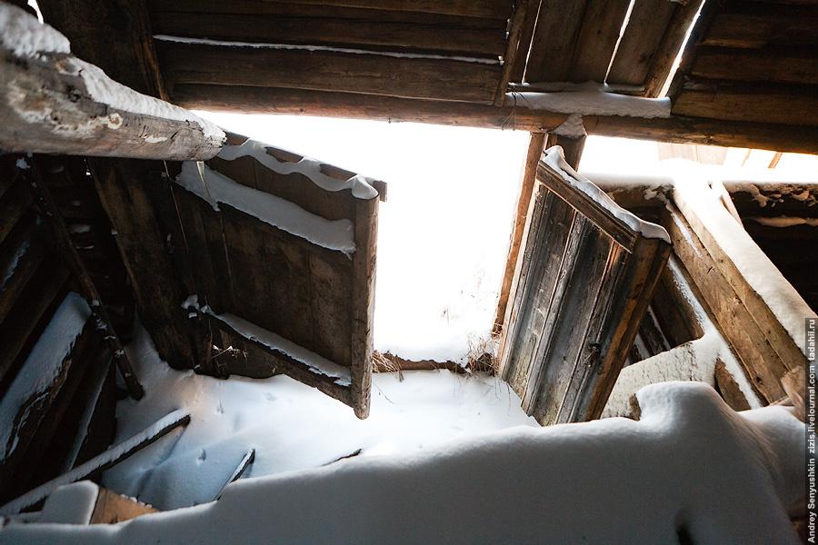 Те же ворота изнутри. Все пространство хлева разделено перегородками. Получается что-то типа комнат в общежитии.