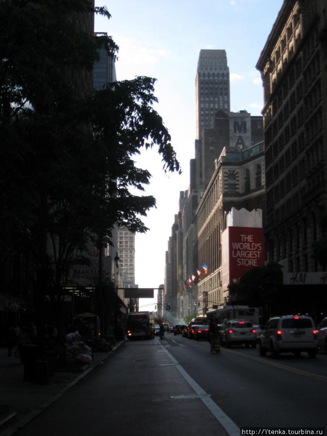 Downtown, New York, Середина дня.  Солнце сюда попадает крайне редко.