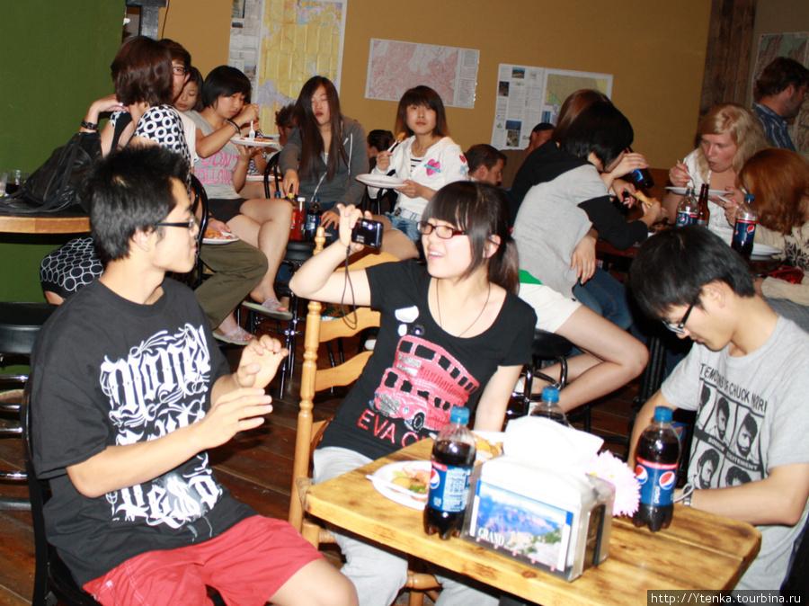 Ребята из Китая и Вьетнама на местном фиш-пати.