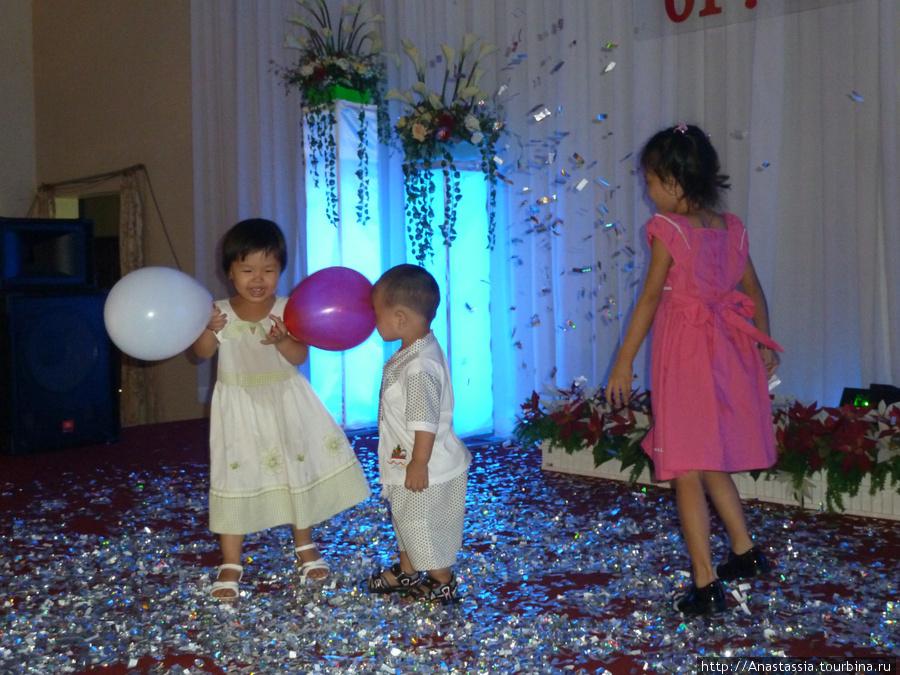Дети бегают по сцене.