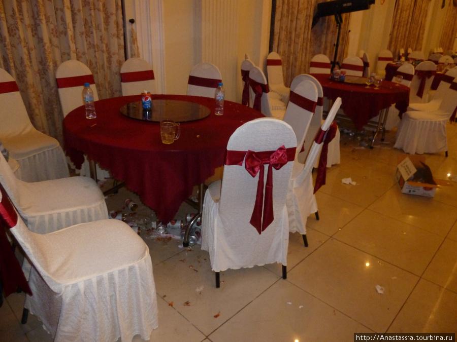 Осталось от гостей. Смотрите под стол.