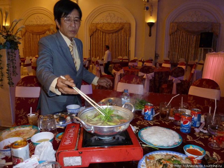 Гости готовят морепродукты.