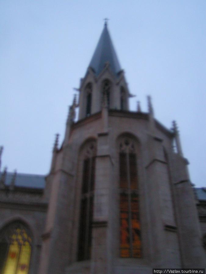 Фрагмент фасада церкви; дождь помешал запечатлеть здание как следует