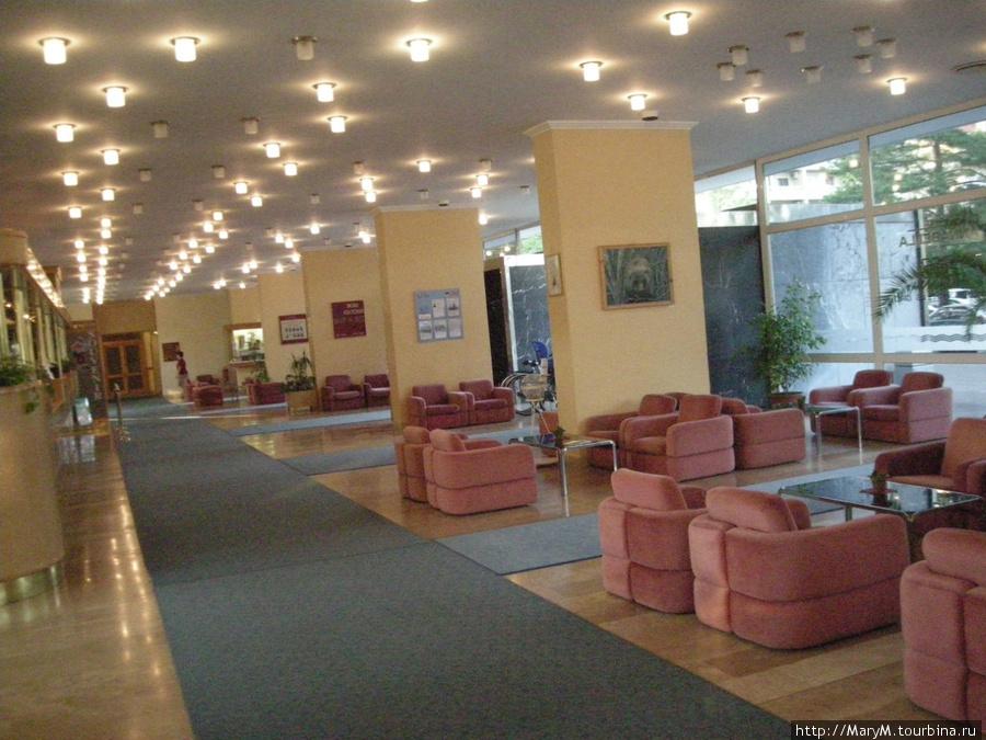 Глядя на этот огромный холл, не подумаешь, что номера в отеле крохотные.
