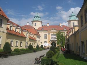 Подход к замку ( с той стороны, где подойти можно). С противоположной стороны обрыв метров 20 и замок там действительно замкового вида, а не дворец, как на этом фото.