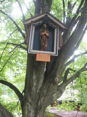 фигурка Спасителя на дереве