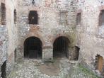 внутренний двор ( в одной из арок приспособление для фиксирования преступника, когда его выставляли у
