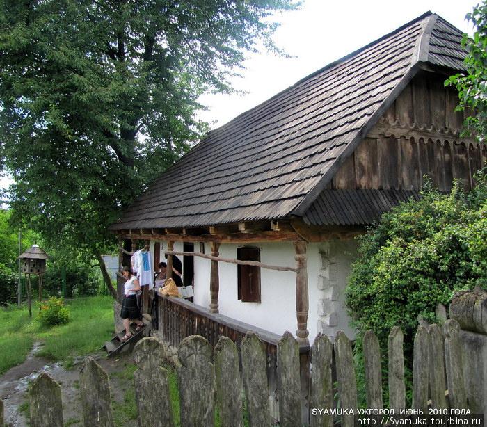 Типичное жилище землеробов долины р. Латорицы. Дом имеет каменный фундамент, деревянные стены, обмазанные с обеих сторон глиной.