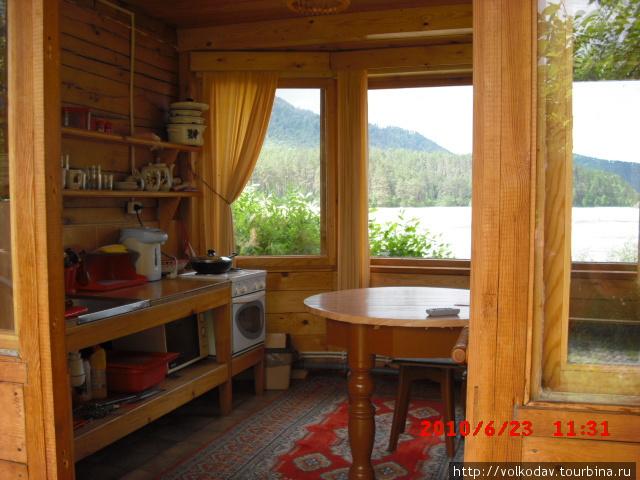 Теплая кухня-веранда, с видом на реку Катунь