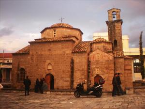 В старом квартале Каламаты.. церковь Святых Апостолов