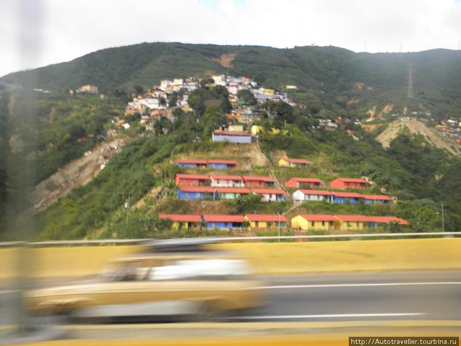 Eta i sleduu´shee foto sdelani´iz okna avtobusa ot aeroporta — Faveli v prigorode Karakasa.
