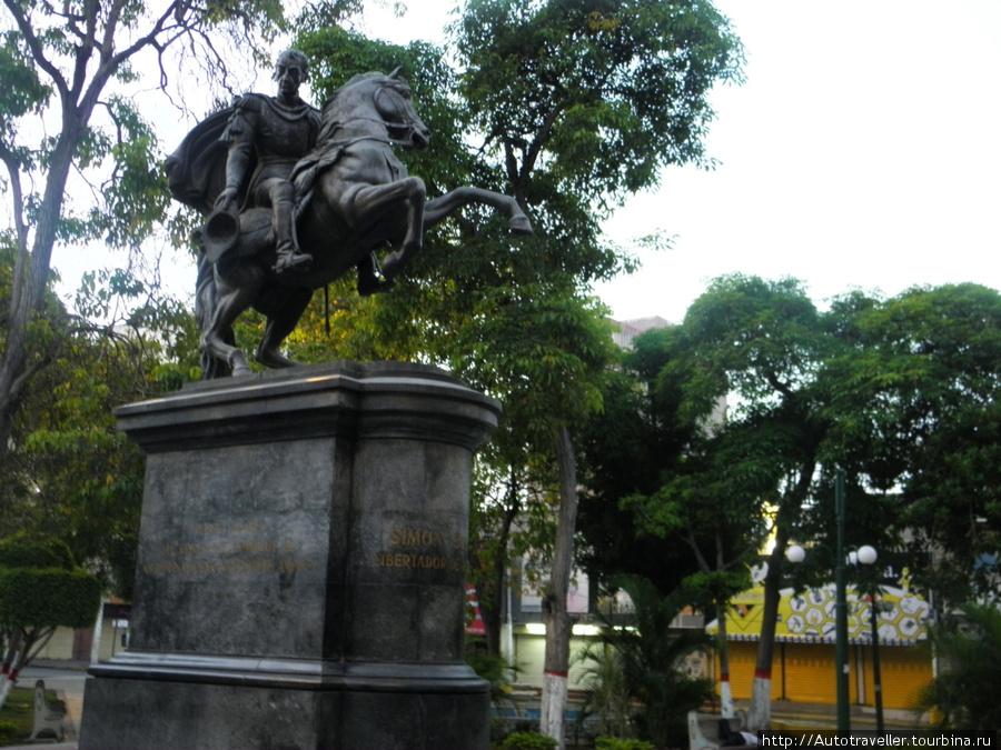 Eta vse Puerto la Kruz.  Pamyatnik Simonu Bolivaru.