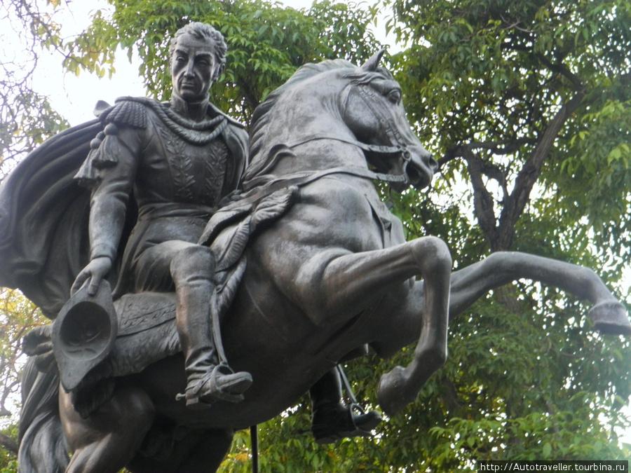 Puerto la Kruz.  Pamyatnik Simonu Bolivaru.