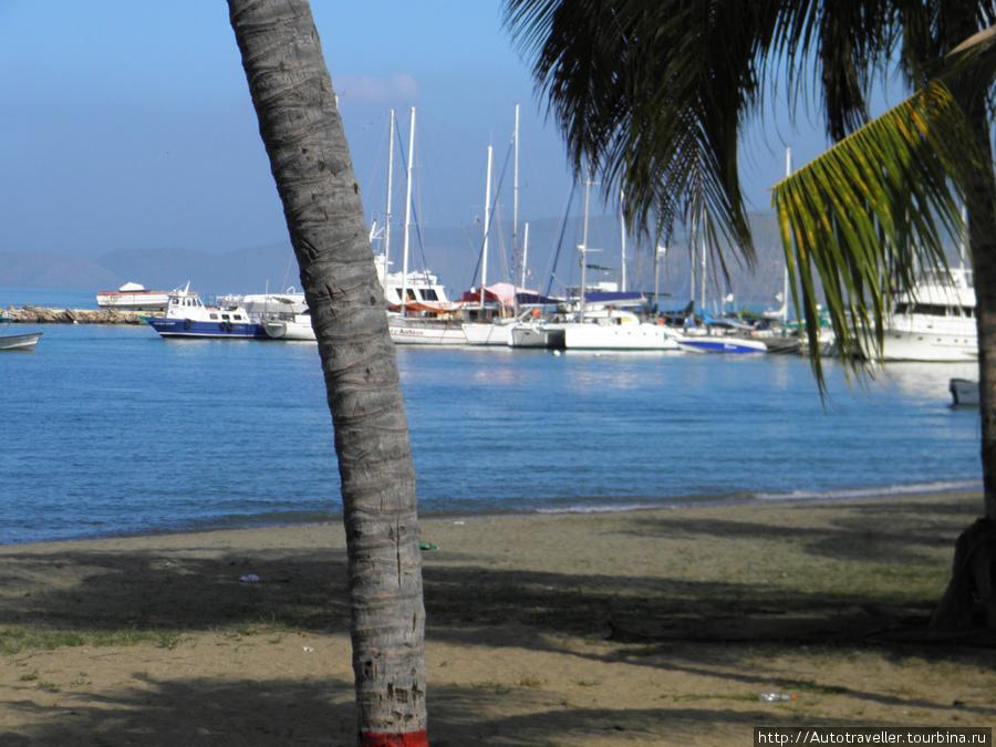 Puerto la Kruz.  Stoyanki yaxt.