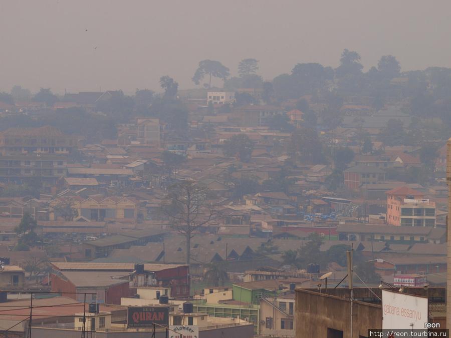 Кампальские холмы погружены в изрядную дымку... Воздух далек от свежести.