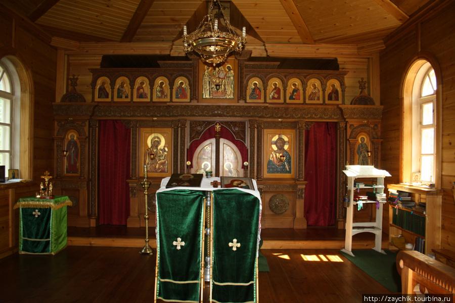 Церковь внутри маленькая, деревянная. Ходить нужно босиком или в тапках.