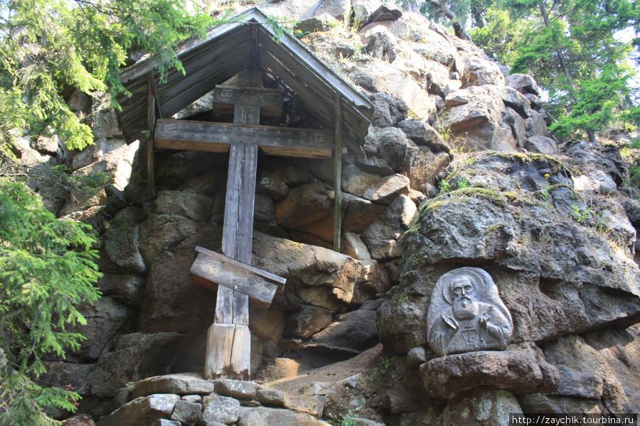 Старинный крест и икона у пещеры