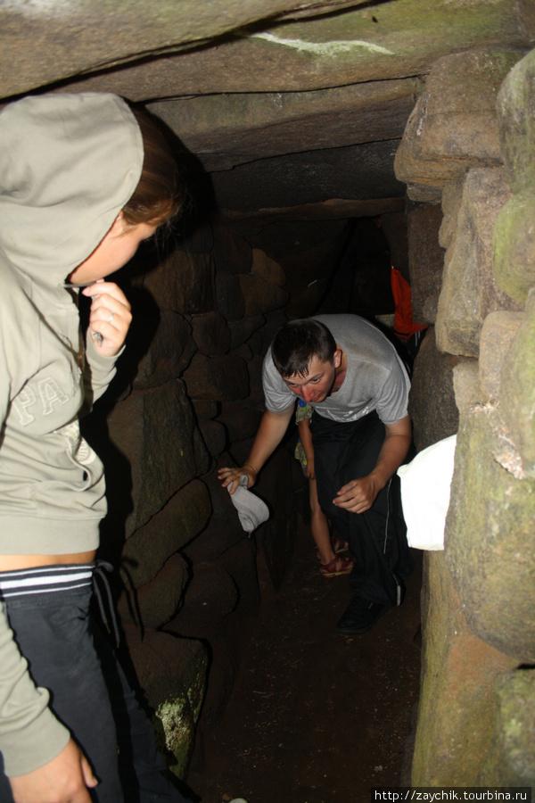 Пещера узкая и низкая