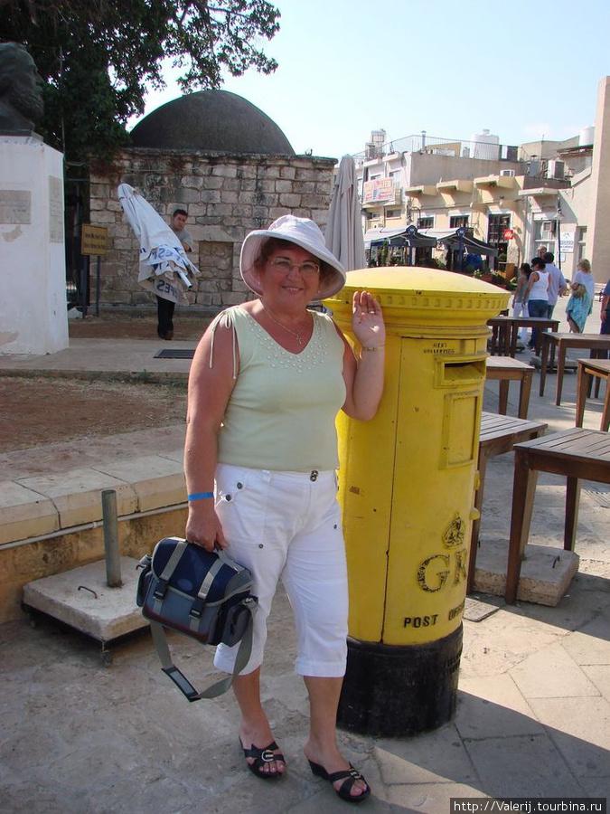Почтовый ящик почты Ее величества королевы Великобритании. На конверт опущенный в такие ящики, а их два в городе Киринея, до сих пор ставится штемпель Королевской почты Великобритании.