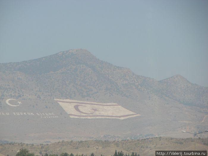 Два флага на стороне Северного Кипра