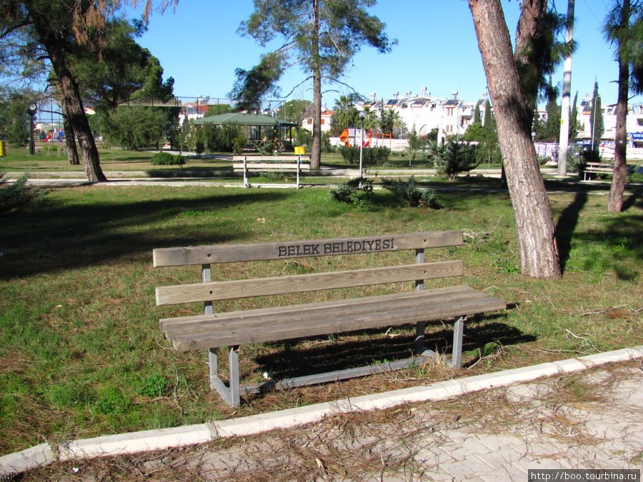 идут работы по разбивке пригородного парка (им. Ататюрка), а скамеечки уже стоят!