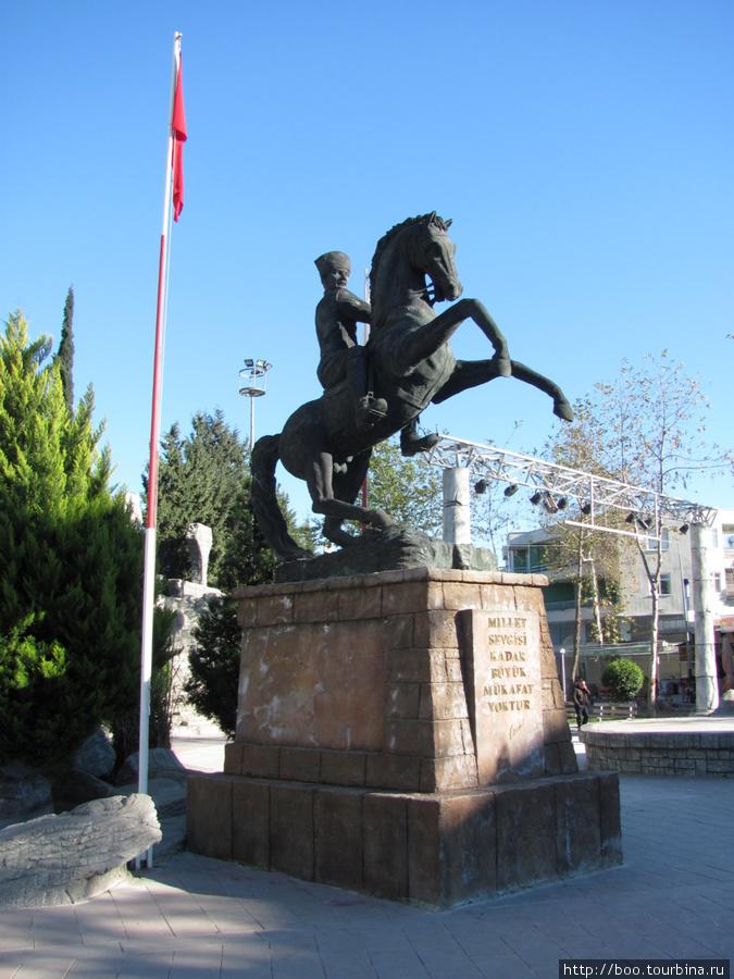 И куда уж без памятника Ататюрку.