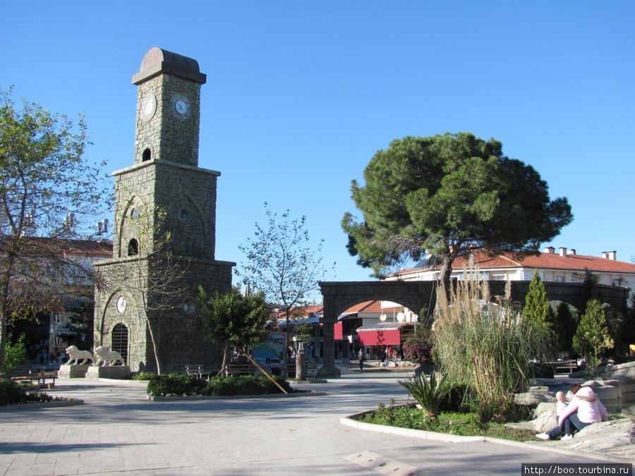 В сезон эта площадь скорее всего пользуется большой популярностью у туристов. Симпатичная башенка с часами, сквер (справа) целый каскад фонтанов с пещерами (сейчас выключенный).