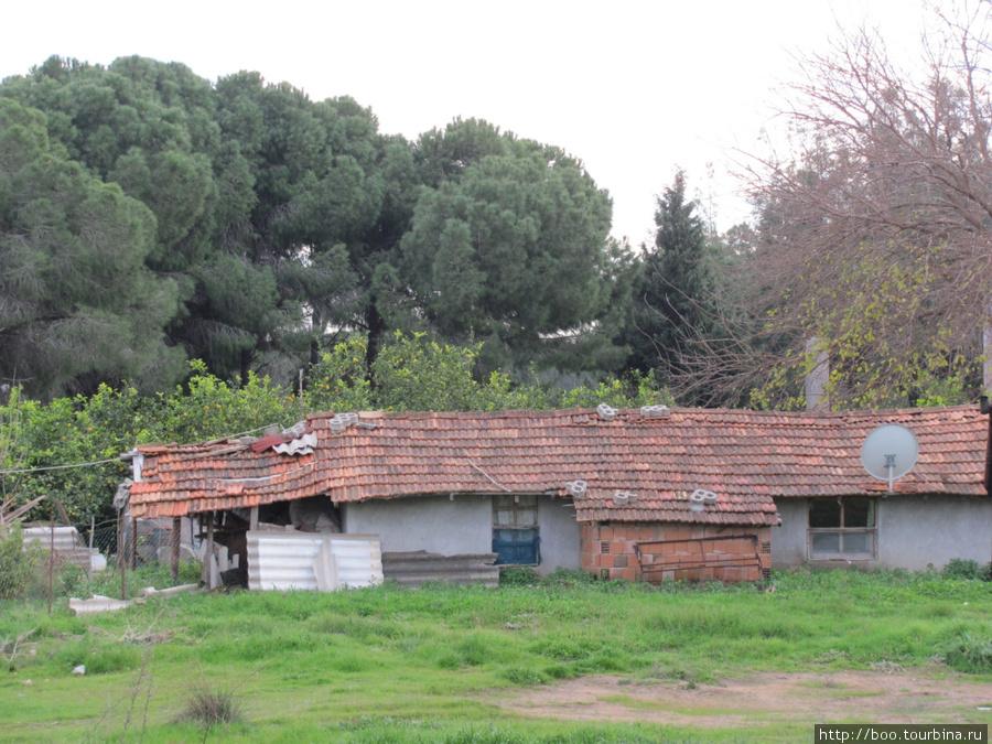 на окраине города можно встретить и такие древние домики, в которых живут люди.