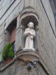 Такие статуи часто встречались на домах в средние века