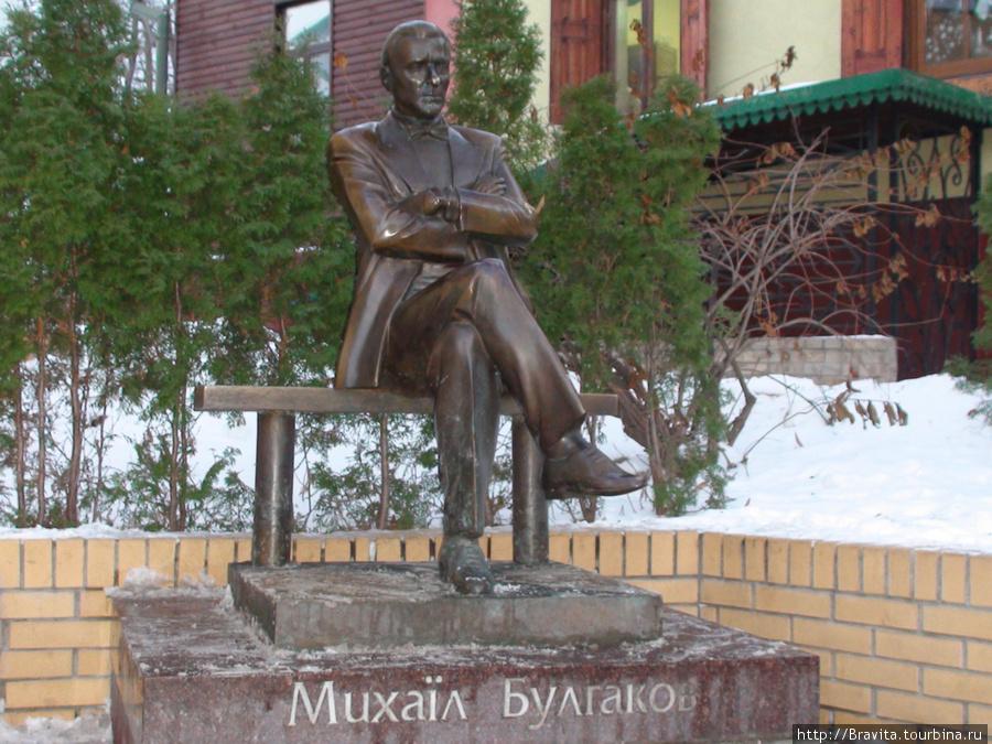 Памятник писателю около музея