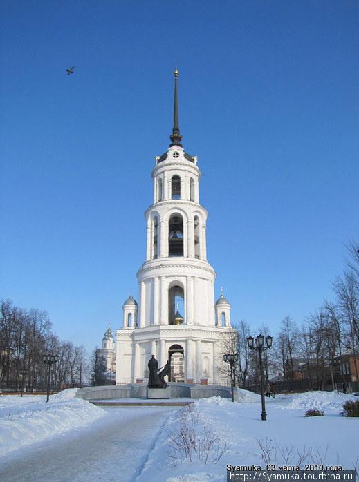 Колокольня  и памятник репрессированным.