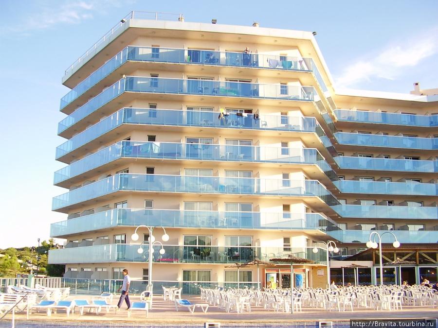 Общий вид отеля и шезлонги у бассейна