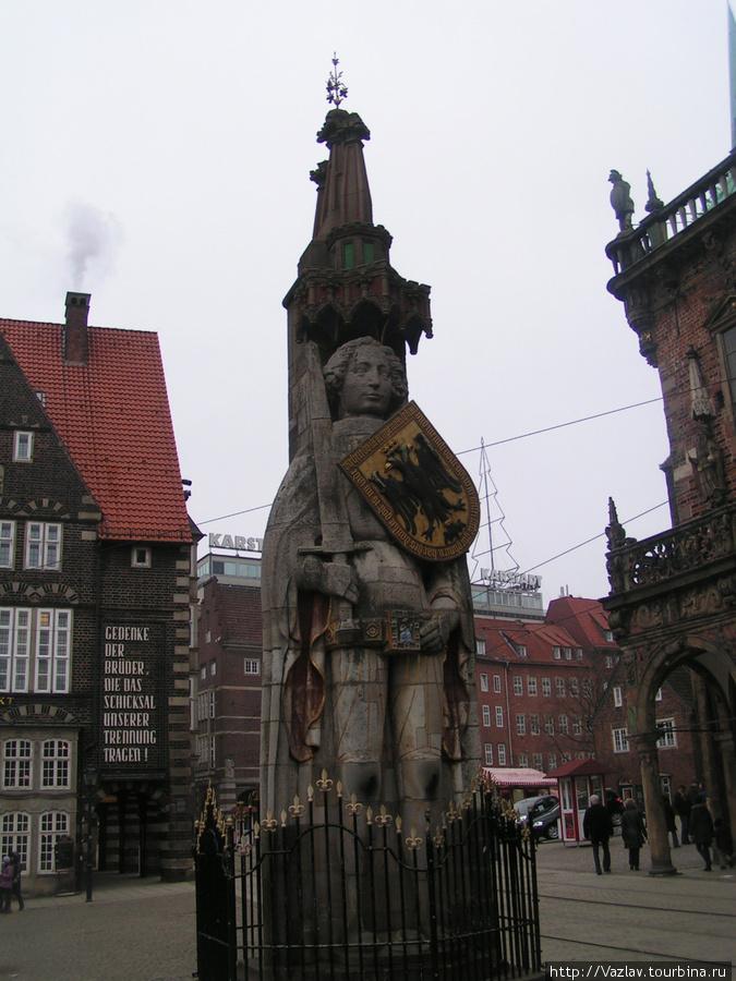 Статуя во всём боевом облачении