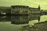 Едва взглянув на мощные отвесные стены цитадели на острове, узнаешь почерк знаменитого фортификатора Вобана. Крепость начали строить в XII веке, а в XVII ее взялся укрепить мастер. Оказалось, удачно!