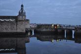 С материком крепость в гавани связывают 2 моста. Через них проходит прогулочный маршрут для туристов — буклет с планом можно получить в Офисе по туризму Конкарно.