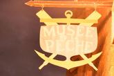 Вывеска: Музей рыболовства. Из-за слабого света качество снимка оставляет желать лучшего, а силуэт — надеюсь — будет ориентиром для тех, кто приедет в Конкарно за нами.