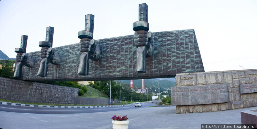 Монумент на выезде из гор