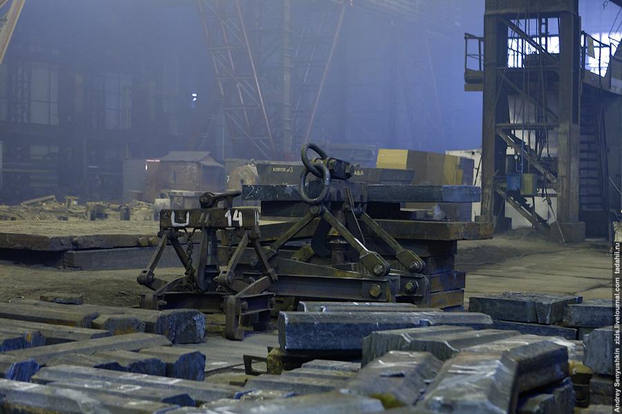 На подступах к складу готовой продукции. Отсюда часть металла уходит заказчикам в виде таких чушек, но основная часть идет в другие цеха, для потребностей завода.