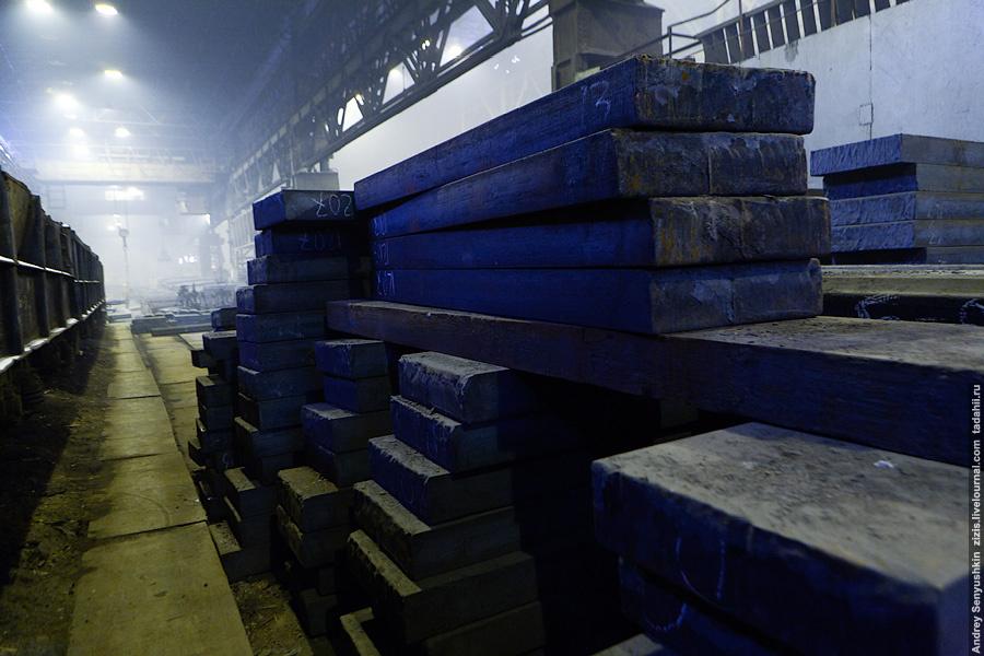 Перевозка осуществляется с помощью внутренней железной дороги. Вагоны с готовыми чушками металла различных типов и марок отправляются по цехам завода, раскинувшегося по огромной территории.