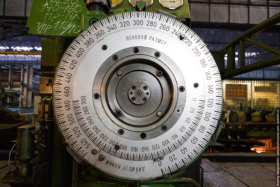 В этом цехе все внушающих размеров, начиная от руки-манипулятора у печи и заканчивая установочным диском на прессе. Кстати, чем-то неуловимо напоминает старый экспонометр.