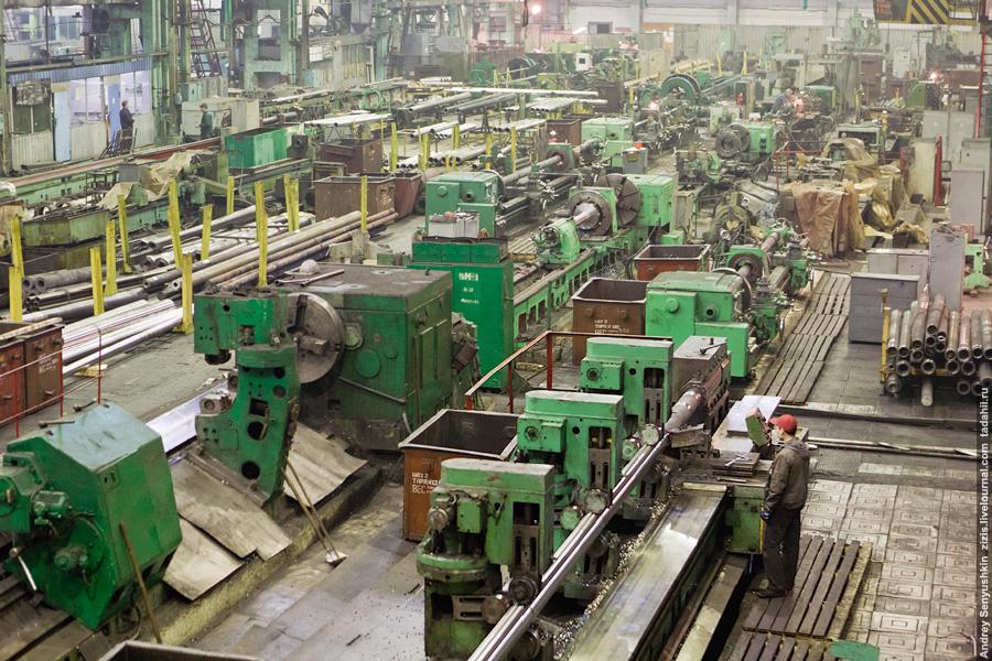 Мы идем в соседний цех, металлообработки. Именно в нем происходит окончательное превращение бывшего металлолома в буровые трубы и штанги.
