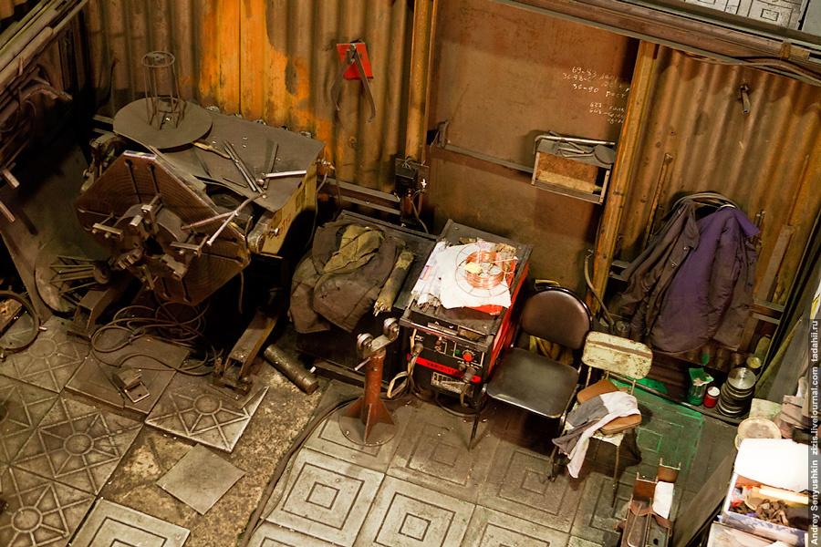 Зато увидим рабочее место главного человека в цеху – слесаря-механика. К нему прибегают рабочие, когда станок отказывается работать.