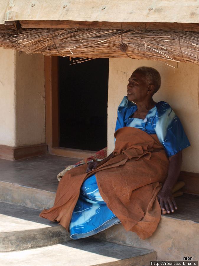 Женщина, одетая в ткань из коры